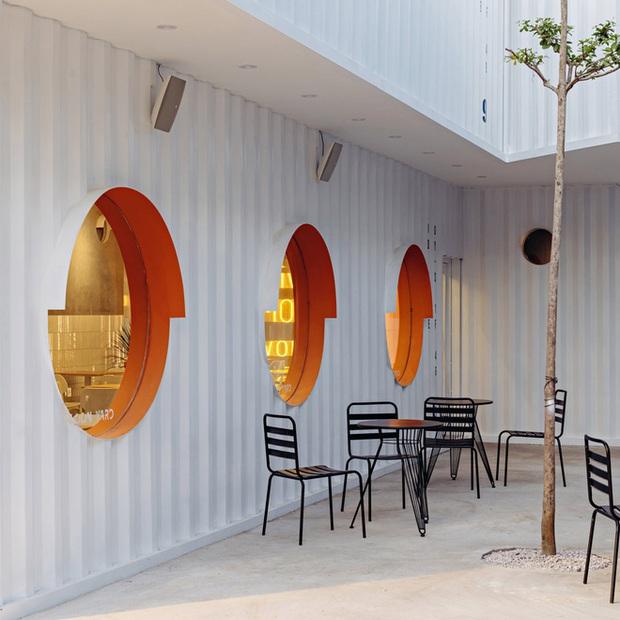Quán cà phê container rực rỡ sắc cam ở Cần Thơ nổi bật trên báo ngoại - Ảnh 5.