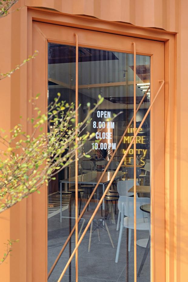 Quán cà phê container rực rỡ sắc cam ở Cần Thơ nổi bật trên báo ngoại - Ảnh 7.