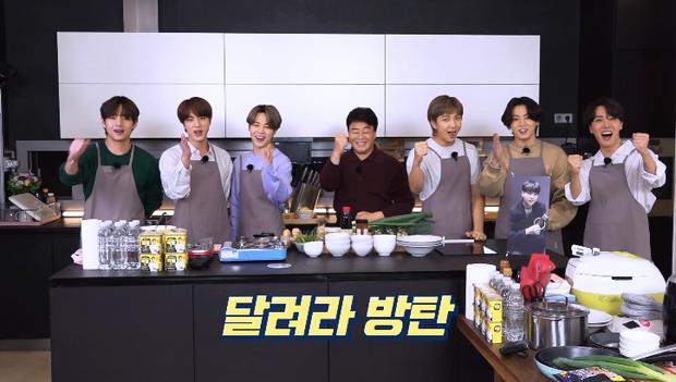 Siêu đầu bếp vỡ mộng khi nấu ăn cùng BTS: hóa ra họ không có kỹ năng, nấu ngon đều nhờ... biên tập? - Ảnh 1.