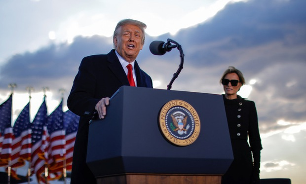 Những khoảnh khắc cuối cùng của ông Donald Trump trên cương vị Tổng thống Mỹ: Tươi cười, vẫy tay chào tạm biệt trước sự chứng kiến của gia đình - Ảnh 9.