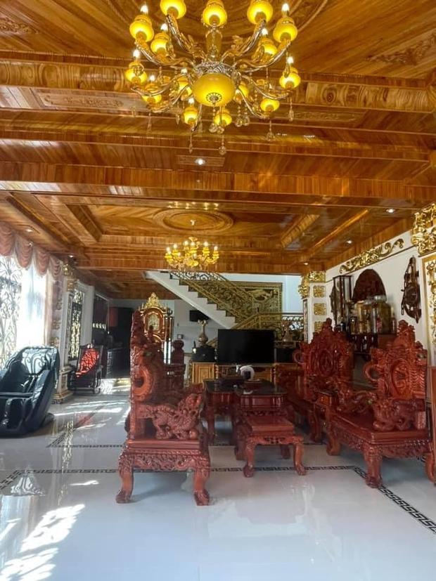 Nhà 3 tầng dát vàng khiến dân tình hú hồn, nội thất gỗ bên trong nhìn mà muốn xỉu ngang - Ảnh 3.