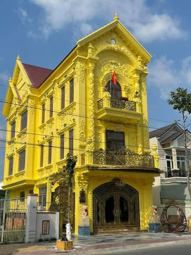 Nhà 3 tầng dát vàng khiến dân tình hú hồn, nội thất gỗ bên trong nhìn mà muốn xỉu ngang - Ảnh 1.