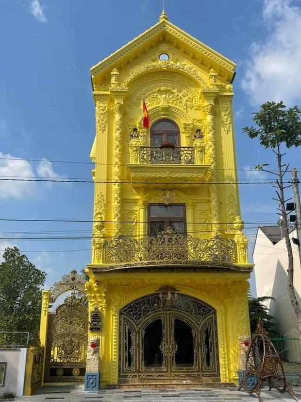 Nhà 3 tầng dát vàng khiến dân tình hú hồn, nội thất gỗ bên trong nhìn mà muốn xỉu ngang - Ảnh 2.