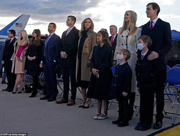 Khoảnh khắc nữ thần Ivanka Trump khóc khi nghe cha nói lời chia tay gây bão, cậu út Barron không xuất hiện khiến mọi người tò mò - Ảnh 8.