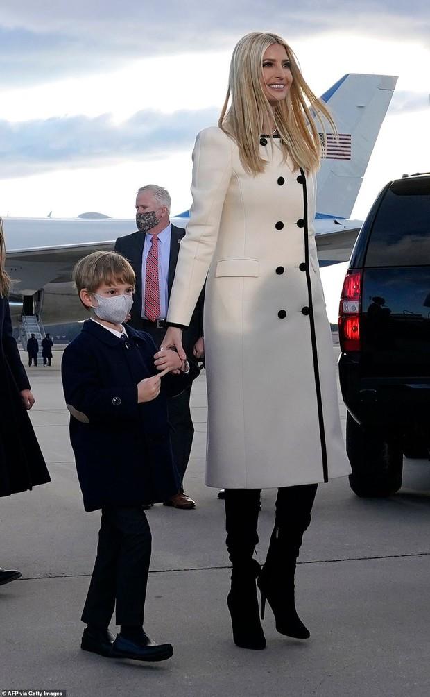 Khoảnh khắc nữ thần Ivanka Trump khóc khi nghe cha nói lời chia tay gây bão, cậu út Barron không xuất hiện khiến mọi người tò mò - Ảnh 6.