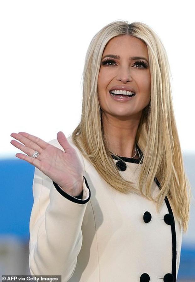 Khoảnh khắc nữ thần Ivanka Trump khóc khi nghe cha nói lời chia tay gây bão, cậu út Barron không xuất hiện khiến mọi người tò mò - Ảnh 4.