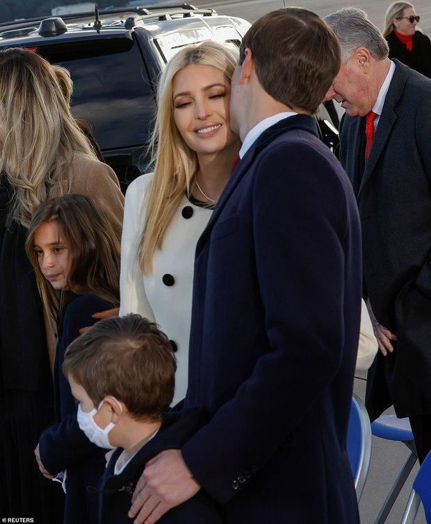 Khoảnh khắc nữ thần Ivanka Trump khóc khi nghe cha nói lời chia tay gây bão, cậu út Barron không xuất hiện khiến mọi người tò mò - Ảnh 3.