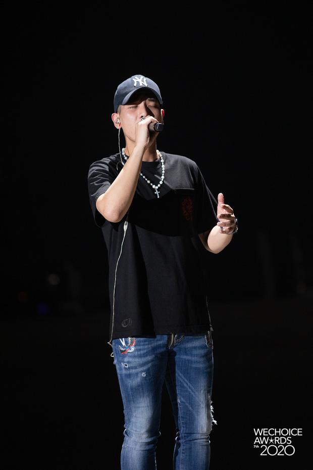 Soi style dàn sao đi tổng duyệt WeChoice 2020: Hoà Minzy, Hiền Hồ đơn giản vẫn xinh, đội quân rapper siêu ngầu - Ảnh 6.