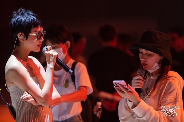 Dàn sao siêu hot đổ bộ sân khấu tổng duyệt WeChoice 2020: Hòa Minzy - Hiền Hồ đọ sắc bất phân, Wowy và dàn thí sinh Rap Việt ngầu quá! - Ảnh 2.