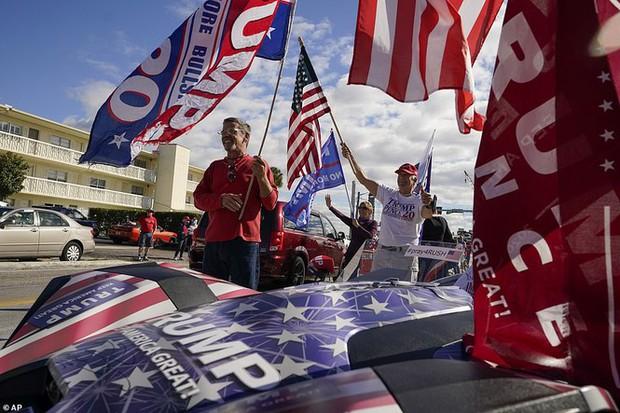 Người hâm mộ nhảy múa đón ông Trump về Florida - Ảnh 1.