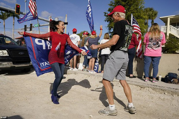 Người hâm mộ nhảy múa đón ông Trump về Florida - Ảnh 3.