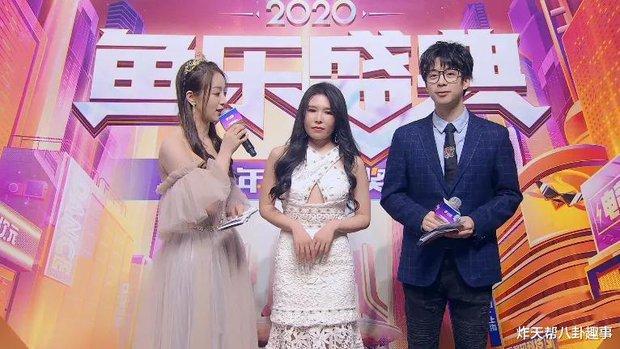Nữ streamer gợi cảm gặp tình huống éo le, lên nhận giải thưởng nhưng lại bất ngờ khiến fan tổn thương khi thấy nhan sắc thật - Ảnh 4.