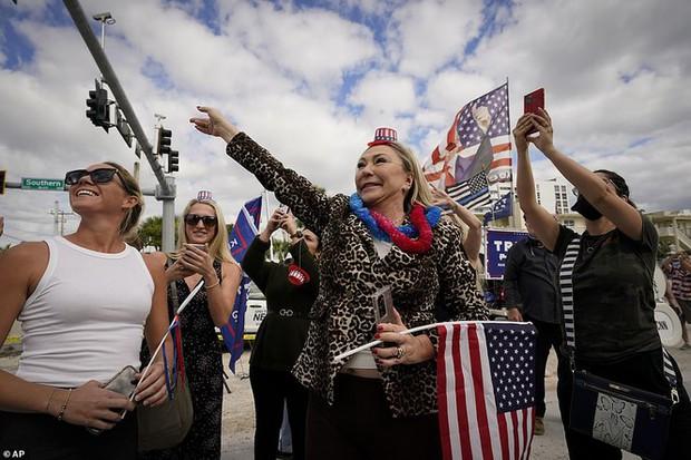 Người hâm mộ nhảy múa đón ông Trump về Florida - Ảnh 4.