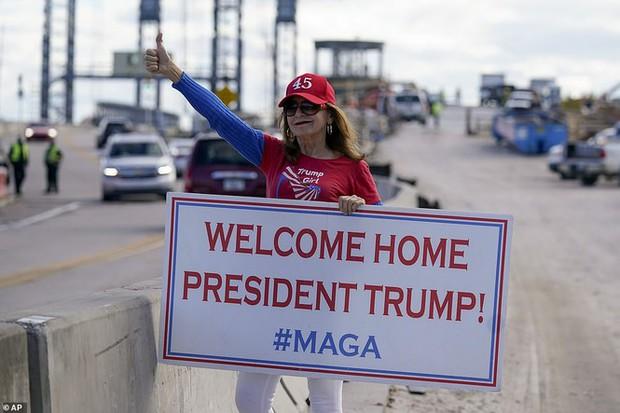 Người hâm mộ nhảy múa đón ông Trump về Florida - Ảnh 5.
