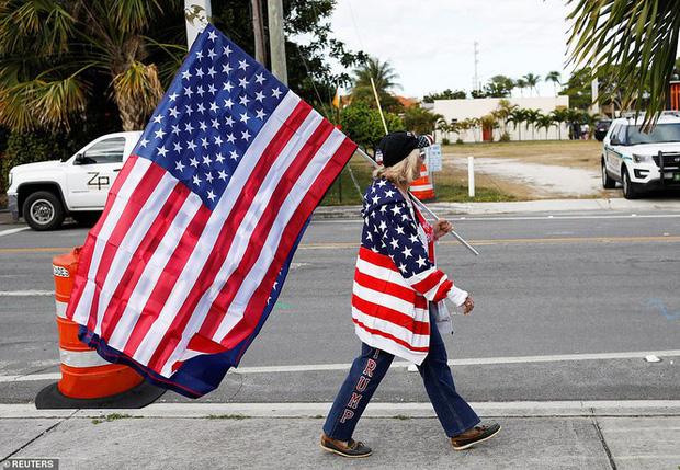 Người hâm mộ nhảy múa đón ông Trump về Florida - Ảnh 6.