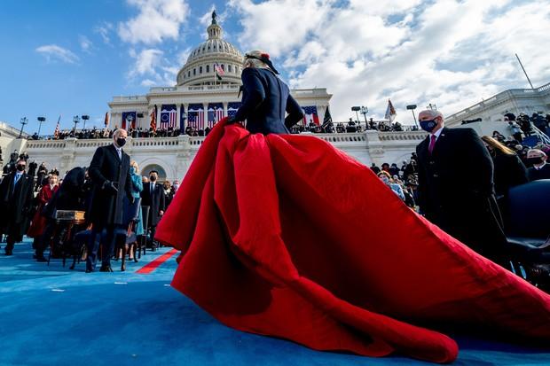 Khoảnh khắc Lady Gaga lên đồ lồng lộng, visual đỉnh cao trong lễ nhậm chức của Tổng thống Mỹ Joe Biden gây bão MXH - Ảnh 4.