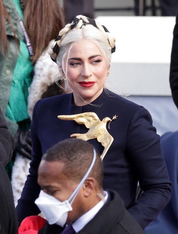 Khoảnh khắc Lady Gaga lên đồ lồng lộng, visual đỉnh cao trong lễ nhậm chức của Tổng thống Mỹ Joe Biden gây bão MXH - Ảnh 6.