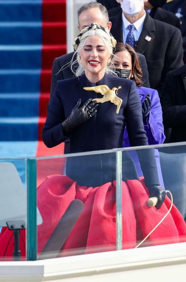 Khoảnh khắc Lady Gaga lên đồ lồng lộng, visual đỉnh cao trong lễ nhậm chức của Tổng thống Mỹ Joe Biden gây bão MXH - Ảnh 7.