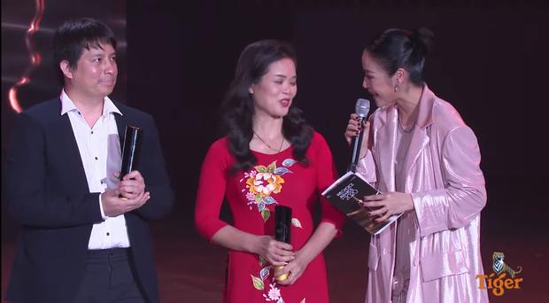 Mẹ SofM bất ngờ gây chú ý tại WeChoice Awards 2020 vì nhan sắc trẻ trung - Ảnh 4.