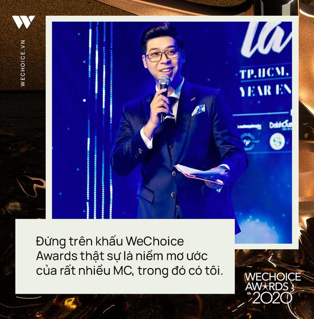 Phỏng vấn nóng MC Vĩnh Phú dẫn dắt đêm gala WeChoice 2020: Khi được xướng tên cố NS Chí Tài, tôi cảm thấy vô cùng nghẹn ngào - Ảnh 3.
