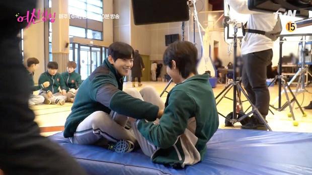 Cha Eun Woo và Hwang In Yeop bị ngã xuống ruộng phân vẫn tám rôm rả ở hậu trường True Beauty - Ảnh 4.