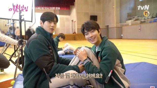 Cha Eun Woo và Hwang In Yeop bị ngã xuống ruộng phân vẫn tám rôm rả ở hậu trường True Beauty - Ảnh 6.