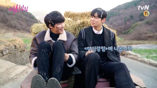 Cha Eun Woo và Hwang In Yeop bị ngã xuống ruộng phân vẫn tám rôm rả ở hậu trường True Beauty - Ảnh 2.