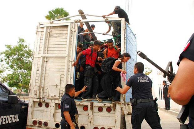 Phát hiện 130 người di cư trong thùng xe tải tại Mexico - Ảnh 1.