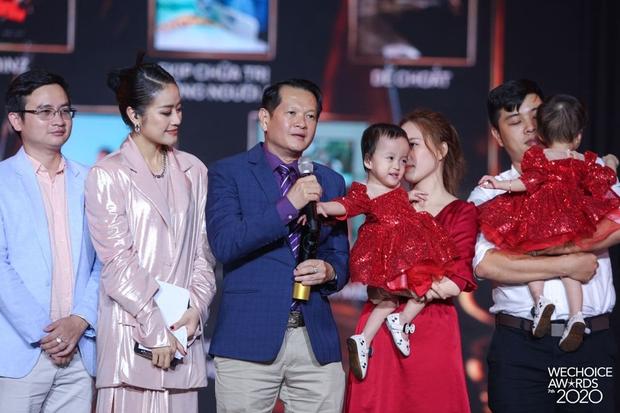 2 thiên thần nhí Trúc Nhi - Diệu Nhi siêu đáng yêu khi cùng cha mẹ và ekip phẫu thuật có mặt trong đêm Gala WeChoice Awards 2020 - Ảnh 2.