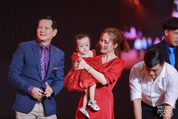 2 thiên thần nhí Trúc Nhi - Diệu Nhi siêu đáng yêu khi cùng cha mẹ và ekip phẫu thuật có mặt trong đêm Gala WeChoice Awards 2020 - Ảnh 3.