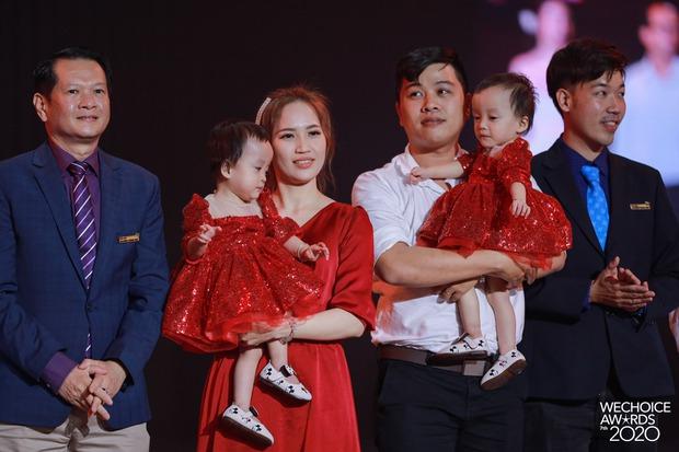 2 thiên thần nhí Trúc Nhi - Diệu Nhi siêu đáng yêu khi cùng cha mẹ và ekip phẫu thuật có mặt trong đêm Gala WeChoice Awards 2020 - Ảnh 1.