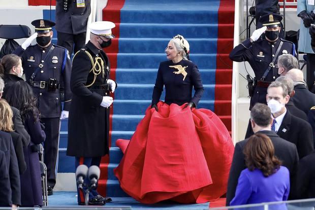 Khoảnh khắc Lady Gaga lên đồ lồng lộng, visual đỉnh cao trong lễ nhậm chức của Tổng thống Mỹ Joe Biden gây bão MXH - Ảnh 2.