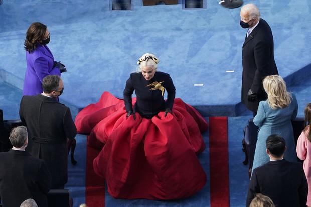 Khoảnh khắc Lady Gaga lên đồ lồng lộng, visual đỉnh cao trong lễ nhậm chức của Tổng thống Mỹ Joe Biden gây bão MXH - Ảnh 3.