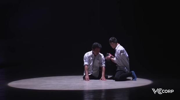 Màn múa xúc động tái hiện câu chuyện cõng nhau đến trường suốt 10 năm của Tất Minh - Minh Hiếu - Ảnh 1.