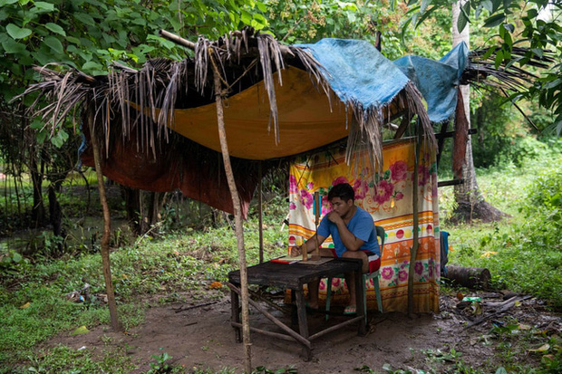Học trực tuyến ở Philippines: Băng rừng lên núi, trèo nóc nhà hay ra nghĩa địa chỉ để có Internet, việc học chưa bao giờ gian nan đến thế! - Ảnh 11.