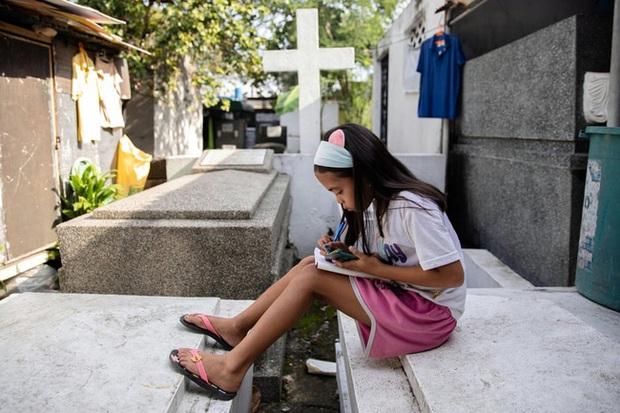 Học trực tuyến ở Philippines: Băng rừng lên núi, trèo nóc nhà hay ra nghĩa địa chỉ để có Internet, việc học chưa bao giờ gian nan đến thế! - Ảnh 12.