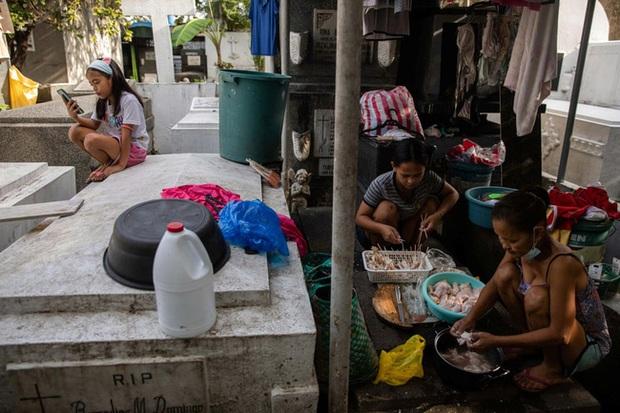Học trực tuyến ở Philippines: Băng rừng lên núi, trèo nóc nhà hay ra nghĩa địa chỉ để có Internet, việc học chưa bao giờ gian nan đến thế! - Ảnh 13.