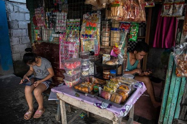 Học trực tuyến ở Philippines: Băng rừng lên núi, trèo nóc nhà hay ra nghĩa địa chỉ để có Internet, việc học chưa bao giờ gian nan đến thế! - Ảnh 14.