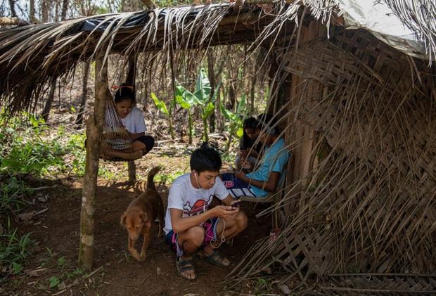 Học trực tuyến ở Philippines: Băng rừng lên núi, trèo nóc nhà hay ra nghĩa địa chỉ để có Internet, việc học chưa bao giờ gian nan đến thế! - Ảnh 3.