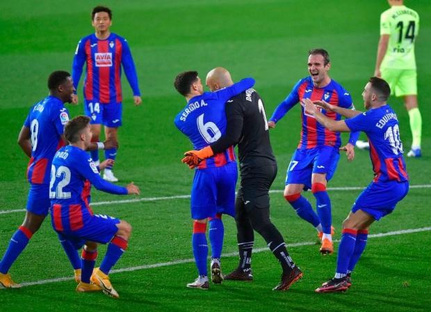 Đội bóng La Liga cho thủ môn lên sút phạt đền, thử một lần chơi lớn xem đối thủ có trầm trồ - Ảnh 4.