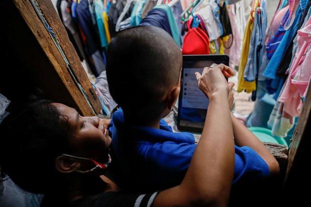 Học trực tuyến ở Philippines: Băng rừng lên núi, trèo nóc nhà hay ra nghĩa địa chỉ để có Internet, việc học chưa bao giờ gian nan đến thế! - Ảnh 5.