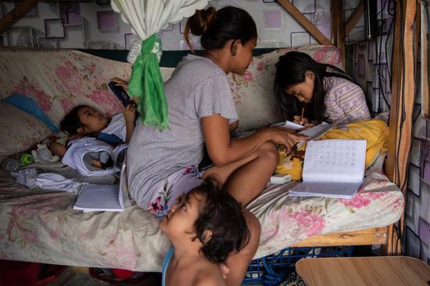 Học trực tuyến ở Philippines: Băng rừng lên núi, trèo nóc nhà hay ra nghĩa địa chỉ để có Internet, việc học chưa bao giờ gian nan đến thế! - Ảnh 7.