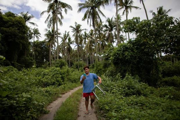 Học trực tuyến ở Philippines: Băng rừng lên núi, trèo nóc nhà hay ra nghĩa địa chỉ để có Internet, việc học chưa bao giờ gian nan đến thế! - Ảnh 10.