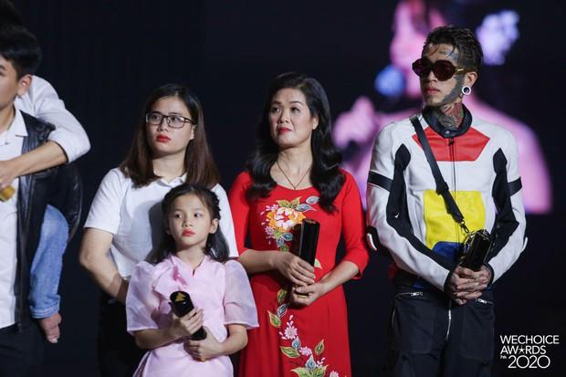 Mẹ SofM bất ngờ gây chú ý tại WeChoice Awards 2020 vì nhan sắc trẻ trung - Ảnh 3.