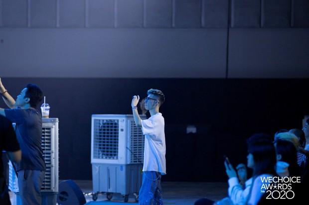 Dàn sao khoe sắc tại buổi tổng duyệt WeChoice 2020: Hoàng Thùy Linh cực xinh, MCK - Tlinh phát cẩu lương, Bích Phương đi luôn với gấu? - Ảnh 12.