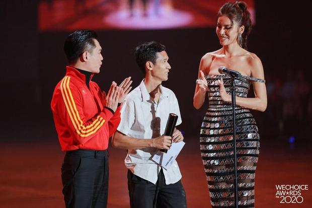 Minh Tú và Võ Hoàng Yến như người khổng lồ, biến dàn khách mời thành tí hon trên sân khấu WeChoice 2020 - Ảnh 2.