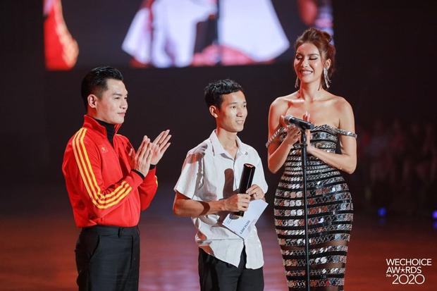 Minh Tú và Võ Hoàng Yến như người khổng lồ, biến dàn khách mời thành tí hon trên sân khấu WeChoice 2020 - Ảnh 3.