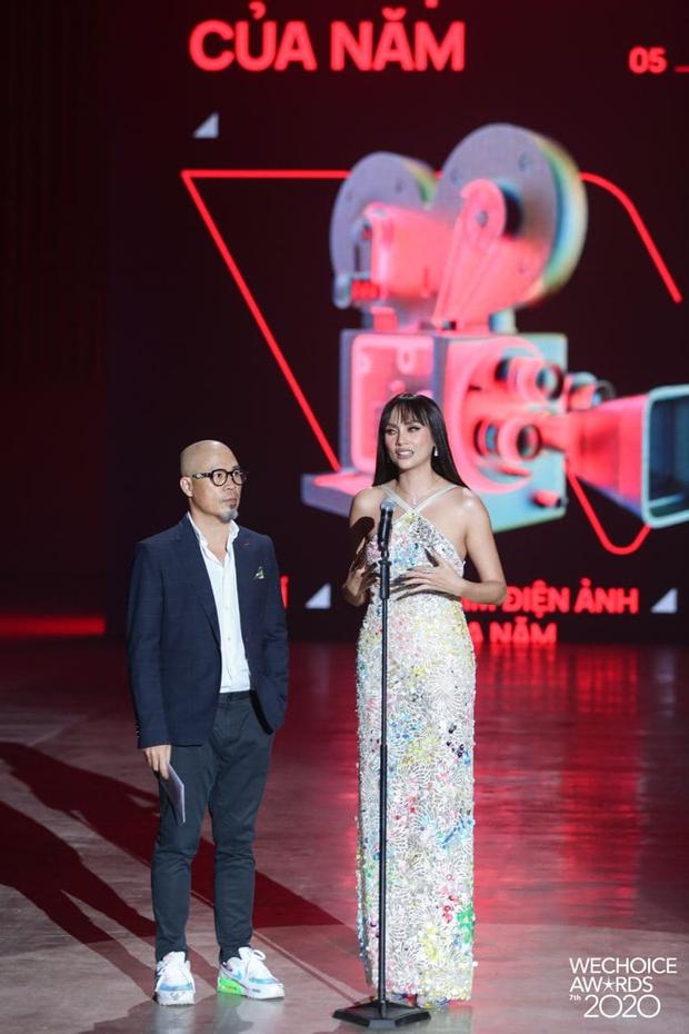 Minh Tú và Võ Hoàng Yến như người khổng lồ, biến dàn khách mời thành tí hon trên sân khấu WeChoice 2020 - Ảnh 7.