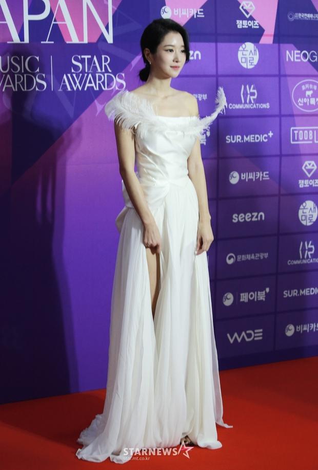 Thảm đỏ APAN Star Awards: Hyun Bin xuất hiện lẻ bóng, Son Ye Jin vắng mặt, Seo Ye Ji và Lee Min Jung xinh như thiên thần - Ảnh 5.