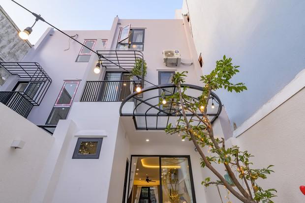 Chiêm ngưỡng nhà phố rộng 75m2 nhưng có cả sân vườn của vợ chồng trẻ, học ngay bí quyết thiết kế nhà thoáng và sáng - Ảnh 2.